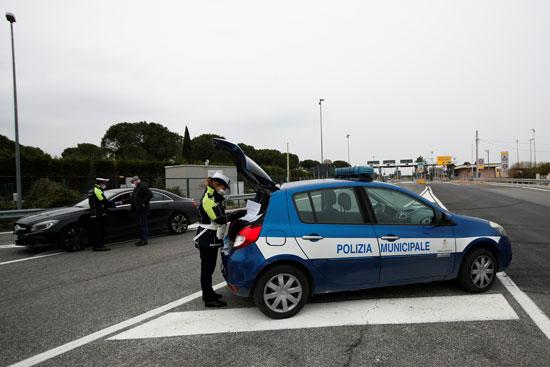 ضباط-الشرطة-المحلية-يتفقدون-الأشخاص-في-مخرج-الطريق-السريع-لمولفيتا-،-جنوب-إيطاليا