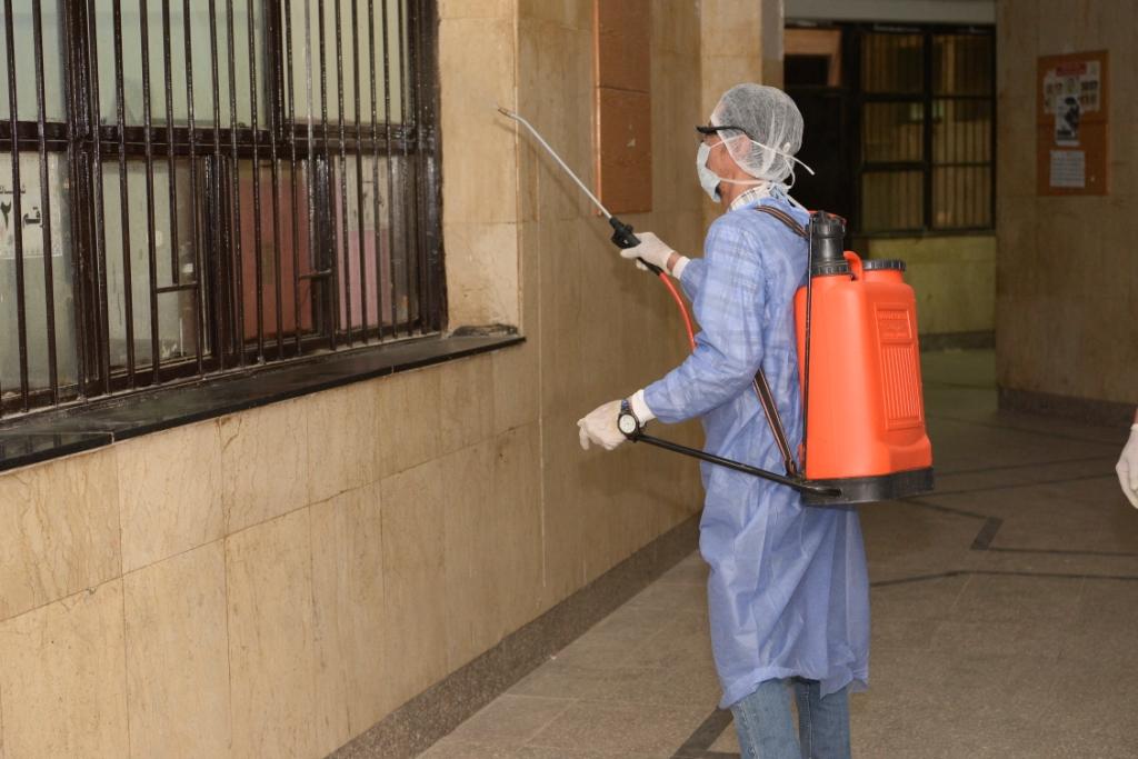 جامعة أسيوط تكثف من أعمال تطهير وتعقيم مبانيها ومنشأتها ومرافقها العامة للوقاية من إنشاء فيروس كورونا (4)