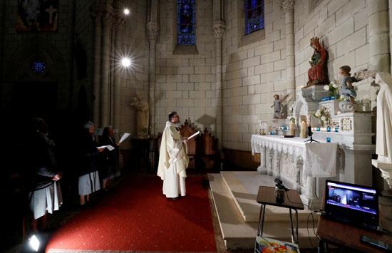 عدد-محدود-من-الراهبات-تشاركن-القس-الكاثوليكى-الصلاة