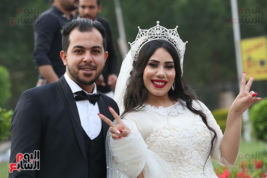 عروسان يحتفلان بزفافهما (2)