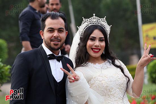 عروسان يحتفلان بزفافهما (3)