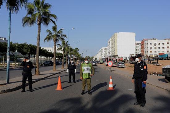 ضباط-الشرطة-يقومون-بدوريات-في-الشوارع-في-ضواحي-الدار-البيضاء