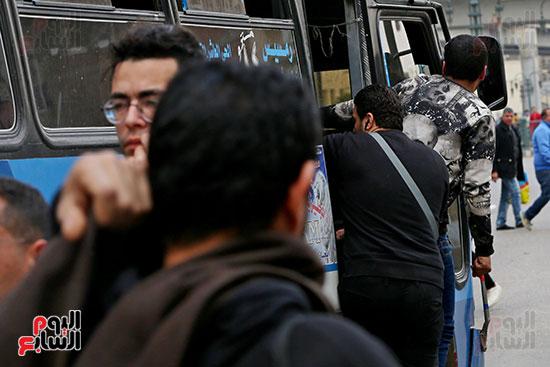 مواطنون يتسابقون للعودة إلى منازلهم قبل ساعات الحظر فى رمسيس (8)