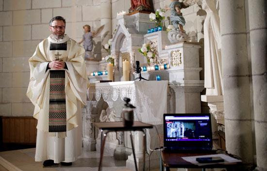 القس-الكاثوليكى-يصلى-قداسا-بمناسبة-عيد-البشارة