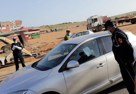 ضابط-شرطة-يتفقد-أوراق-سائق-سيارةفي-ضواحي-الدار-البيضاء