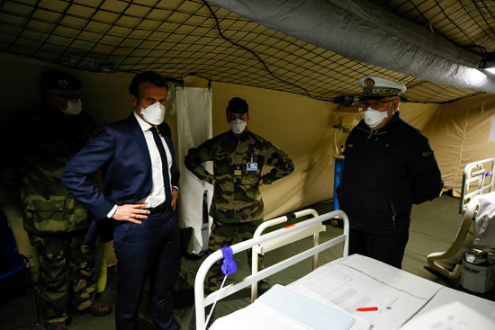 ماكرون يتفقد المستشفى الميدانى