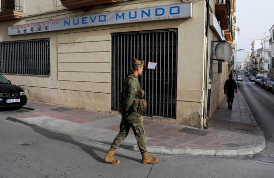 رجال-الفيلق-الإسباني-يقومون-بدورية-في-شارع-فارغ-في-وسط-مدينة-روندا