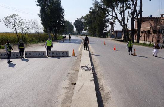 ضباط-الشرطة-يقفون-في-طريق-مسدود-يؤدي-إلى-قرية-مانجا-فى-باكستان