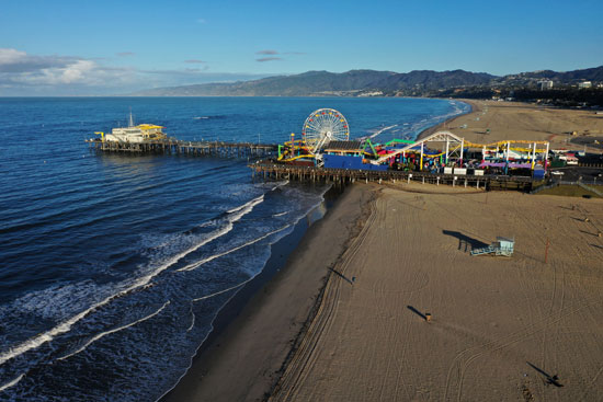 رصيف-سانتا-مونيكا-والشواطئ-في-المحيط-الهادئ-فارغة-بعد-أن-أصدرت-كاليفورنيا-أمرًا-بالبقاء-في-المنزل
