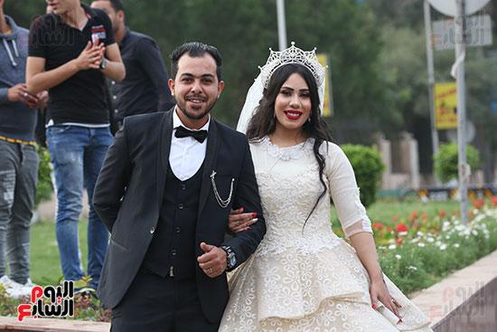 عروسان يحتفلان بزفافهما (7)