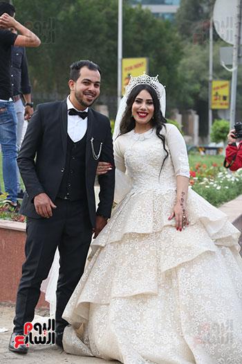 عروسان يحتفلان بزفافهما (5)