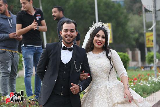 عروسان يحتفلان بزفافهما (6)