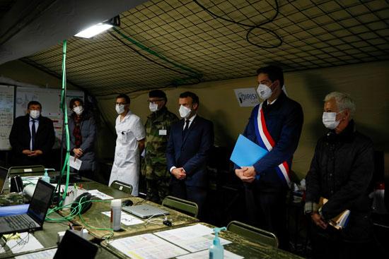 الرئيس الفرنسى وسط قيادات المستشفى الميدانى