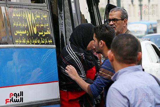مواطنون يتسابقون للعودة إلى منازلهم قبل ساعات الحظر فى رمسيس (6)
