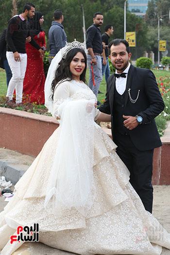 عروسان يحتفلان بزفافهما (11)