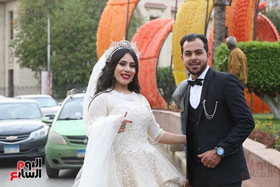عروسان يحتفلان بزفافهما (13)