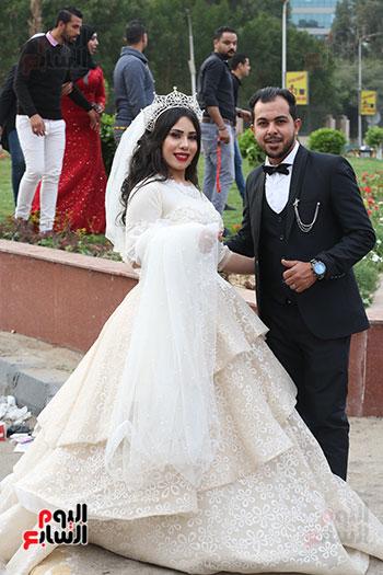 عروسان يحتفلان بزفافهما (10)
