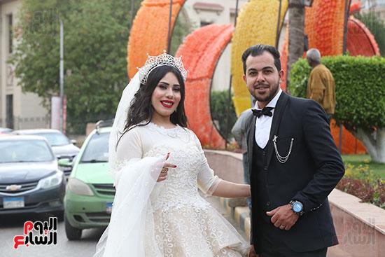 عروسان يحتفلان بزفافهما (12)