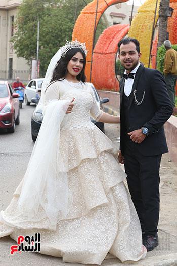 عروسان يحتفلان بزفافهما (14)