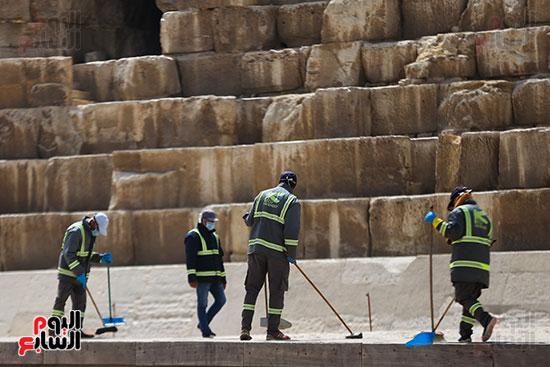عمال النظافه والتعقيم يقومون بعملهم
