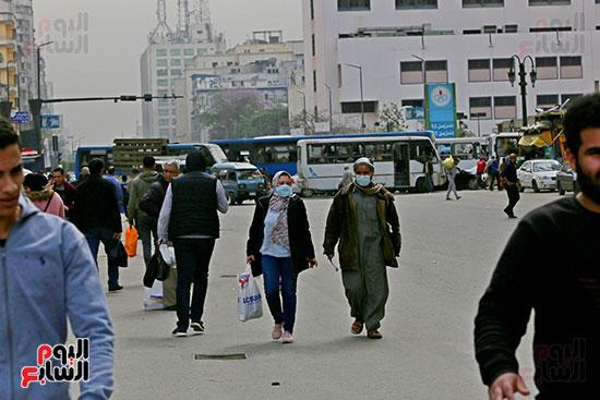 مواطنون يتسابقون للعودة إلى منازلهم قبل ساعات الحظر فى رمسيس (4)