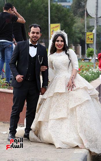 عروسان يحتفلان بزفافهما (4)