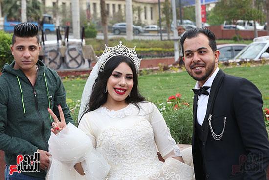 عروسان يحتفلان بزفافهما (16)