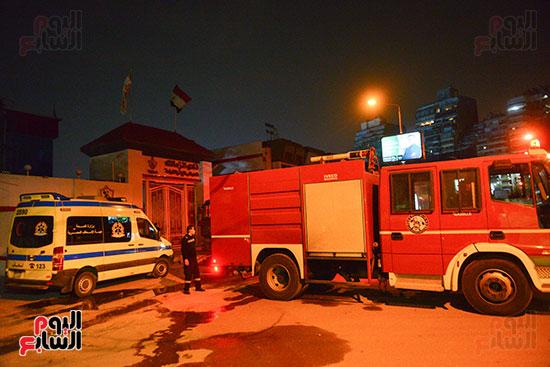 اثار الحريق على المبنى داخل نادى الزمالك (2)