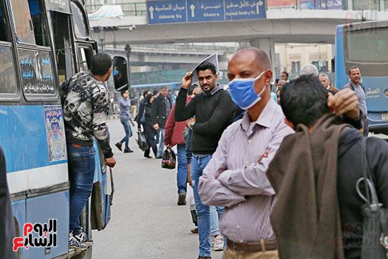مواطنون يتسابقون للعودة إلى منازلهم قبل ساعات الحظر فى رمسيس (9)
