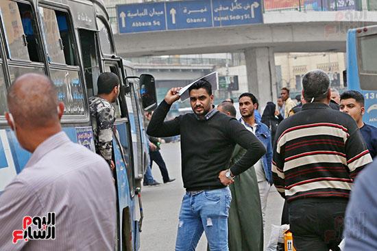 مواطنون يتسابقون للعودة إلى منازلهم قبل ساعات الحظر فى رمسيس (11)