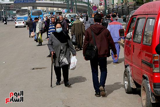مواطنون يتسابقون للعودة إلى منازلهم قبل ساعات الحظر فى رمسيس (1)