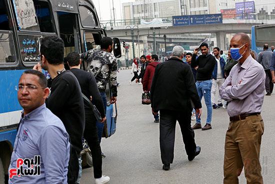 مواطنون يتسابقون للعودة إلى منازلهم قبل ساعات الحظر فى رمسيس (7)
