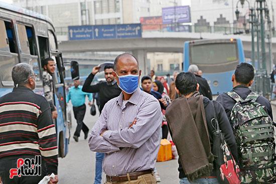 مواطنون يتسابقون للعودة إلى منازلهم قبل ساعات الحظر فى رمسيس (10)