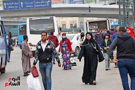 مواطنون يتسابقون للعودة إلى منازلهم قبل ساعات الحظر فى رمسيس (14)
