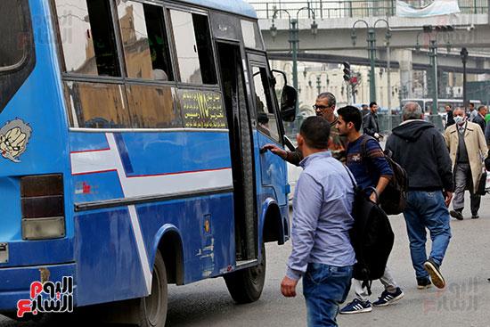 مواطنون يتسابقون للعودة إلى منازلهم قبل ساعات الحظر فى رمسيس (5)