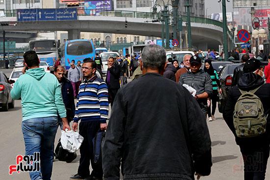 مواطنون يتسابقون للعودة إلى منازلهم قبل ساعات الحظر فى رمسيس (2)