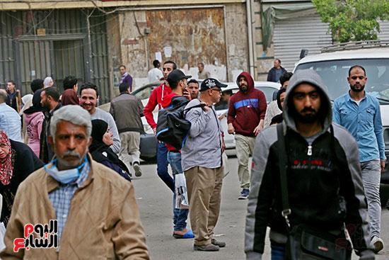 مواطنون يتسابقون للعودة إلى منازلهم قبل ساعات الحظر فى رمسيس (12)