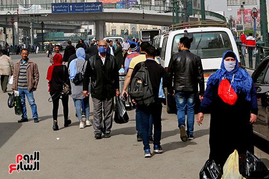 مواطنون يتسابقون للعودة إلى منازلهم قبل ساعات الحظر فى رمسيس (3)