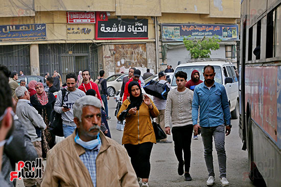 مواطنون يتسابقون للعودة إلى منازلهم قبل ساعات الحظر فى رمسيس (13)
