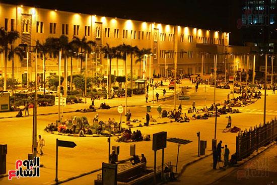 مسافرون-أمام-محطة-مصر-انتظارا-لبدء-حركة-القطارات