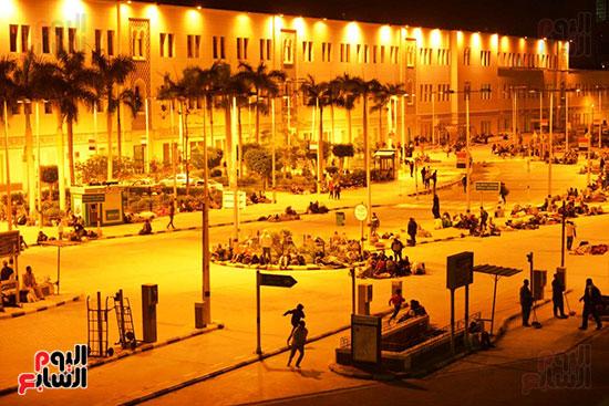 المسافرون-يفترشون-أمام-محطة-مصر-انتظارا-لبدء-حركة-القطارات