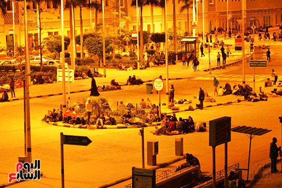 المسافرون-أمام-محطة-مصر