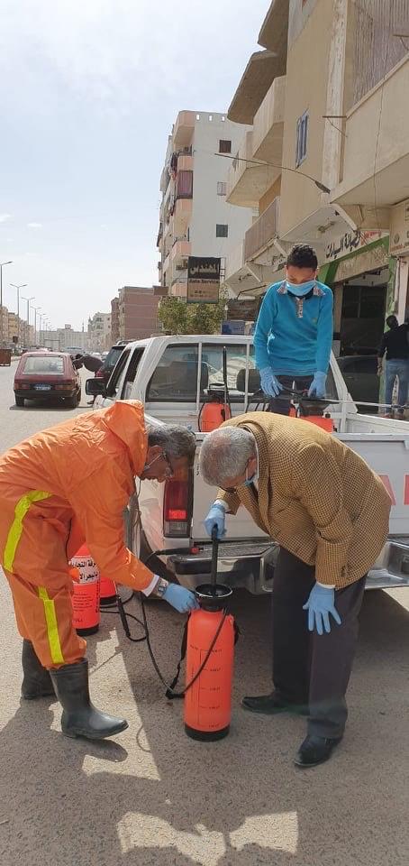 فرق من المتطوعين لتعقيم شوارع الغردقة (8)