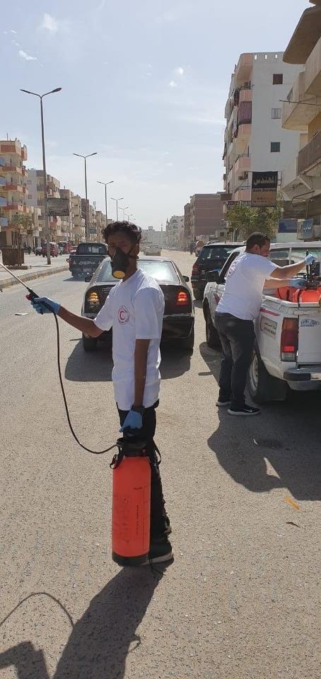 فرق من المتطوعين لتعقيم شوارع الغردقة (6)