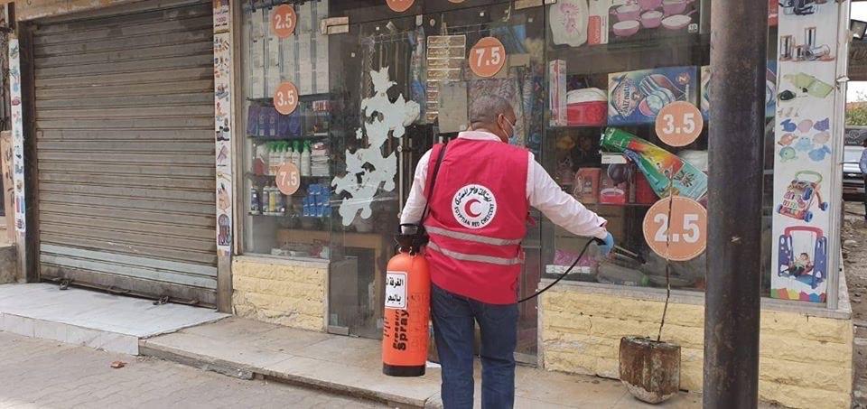 فرق من المتطوعين لتعقيم شوارع الغردقة (2)