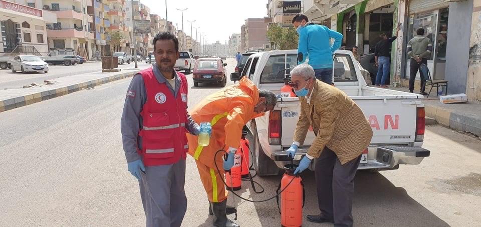 فرق من المتطوعين لتعقيم شوارع الغردقة (7)