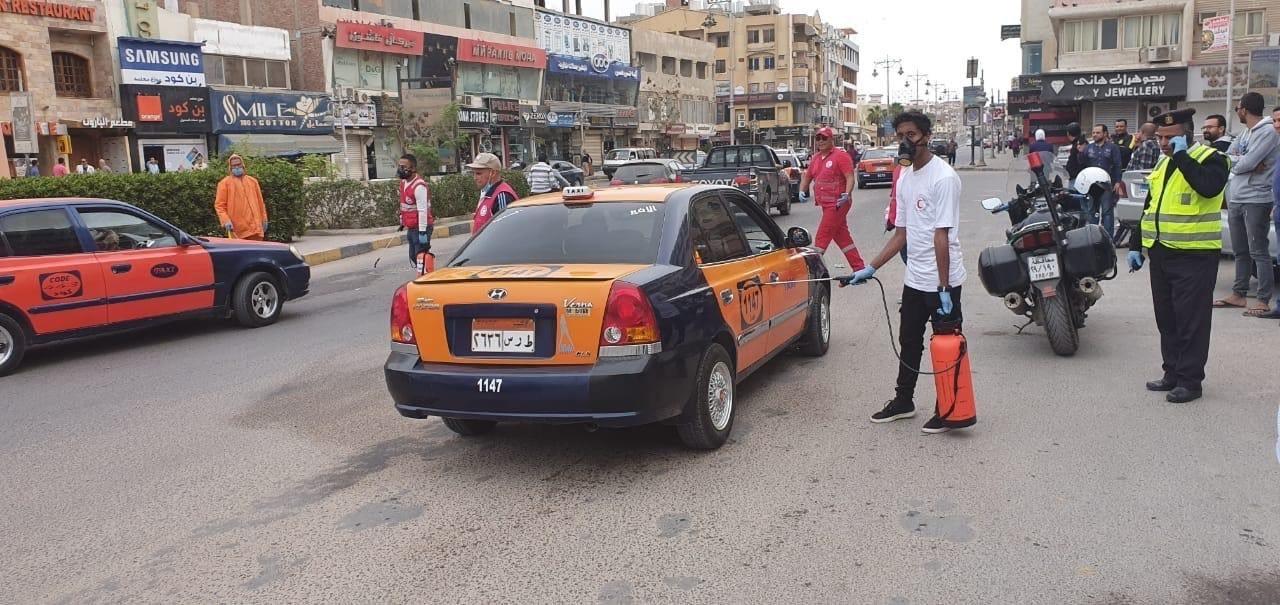 فرق من المتطوعين لتعقيم شوارع الغردقة (4)
