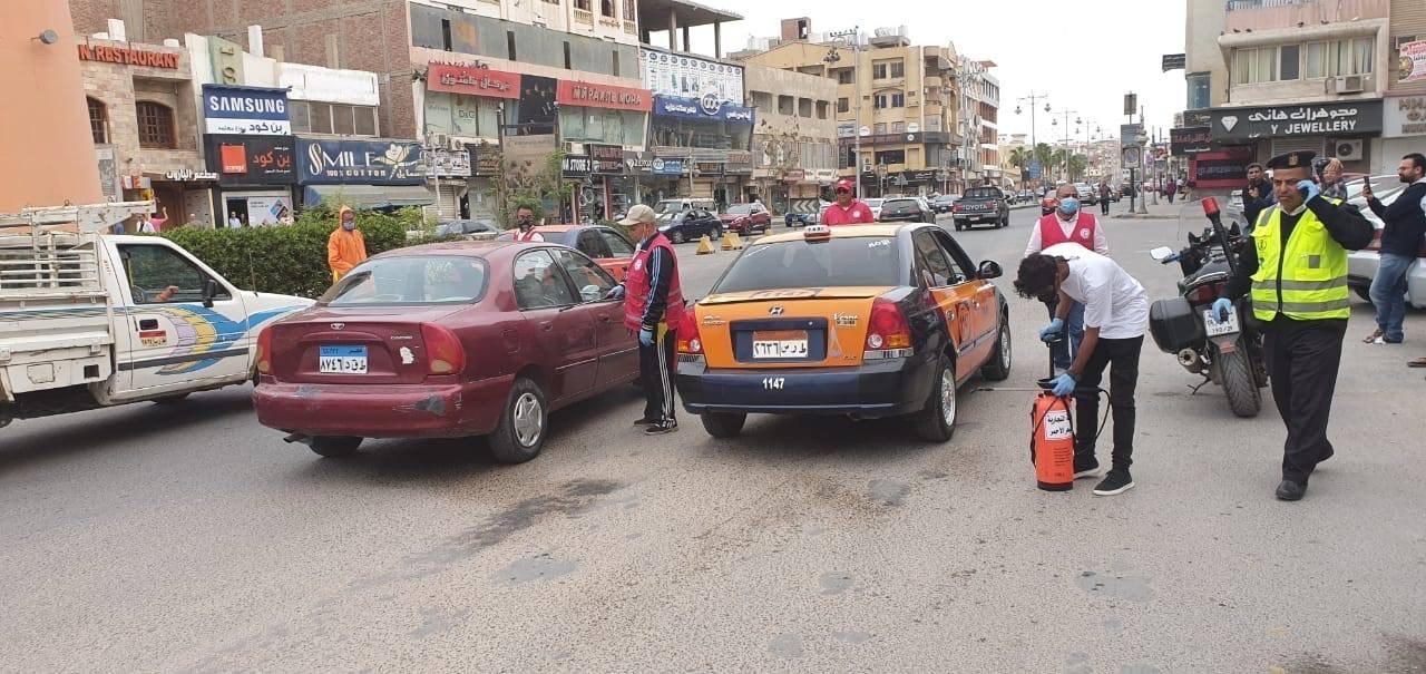 فرق من المتطوعين لتعقيم شوارع الغردقة (3)
