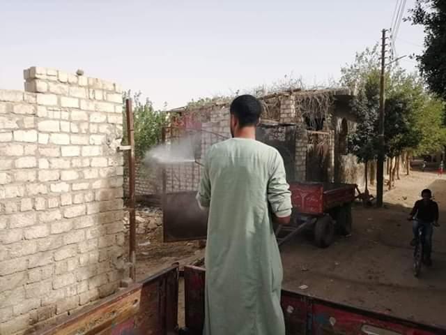 أهالى قرية بنى خالد بسمالوط يعقمون ويطهرون الشوارع  لمواجهة كورونا (3)