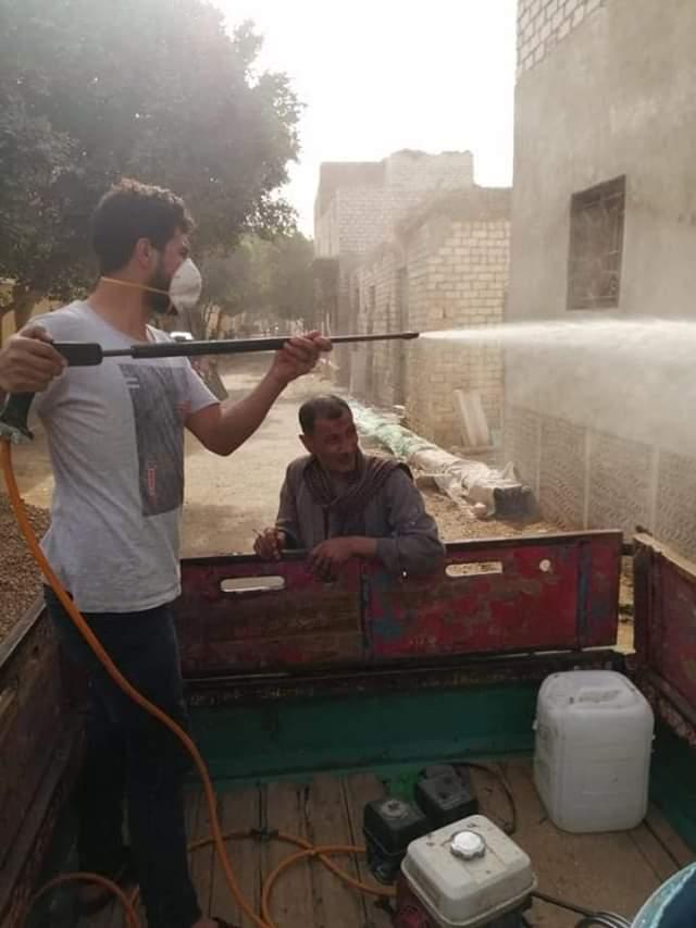 أهالى قرية بنى خالد بسمالوط يعقمون ويطهرون الشوارع  لمواجهة كورونا (2)